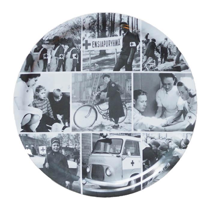 Pyöreää tarjotinta koristavat historialliset valokuvat