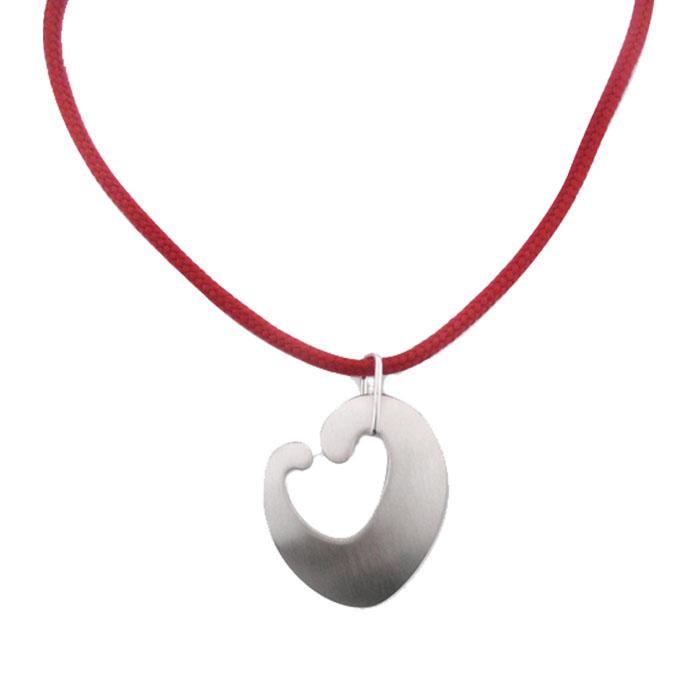 Hopeinen sydänriipus punaisella nailonnyörillä